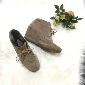 Toms tan suede Desert wedge lace up ankle bootie 7